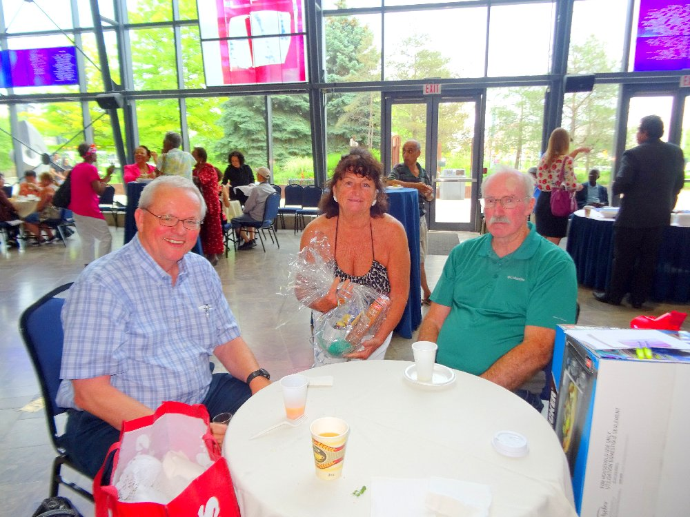Murray Etherington (CARP) with <br>Door Prize Winners Marilyn and Bill, LAC, Photo by I Lee