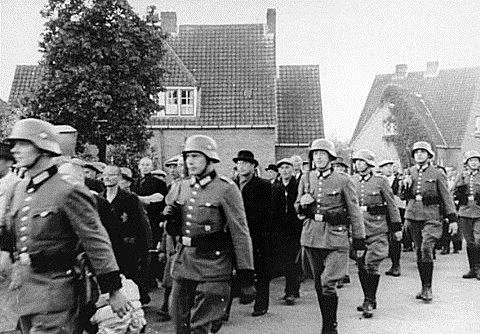Dutch Jews Round-up May 1940 Google image from http://isurvived.org/Pictures_iSurvived-3/DutchJEWS-roundUP.GIF