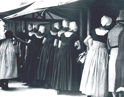 Women in traditional Dutch dress at a market, Holland, c1920s image from http://www.ssplprints.com/lowres/43/main/14/93577.jpg