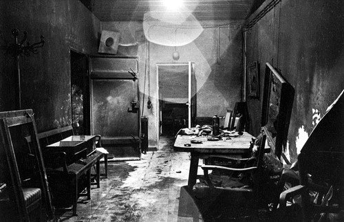 Hitler's bunker before he died image from http://lifehacklane.com/rare-photos-you-ve-likely-never-seen-before