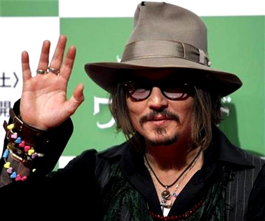 Johnny Depp Right Palm image from http://2.bp.blogspot.com/_AJqACZ2ubek/TUHfUj8VkhI/AAAAAAAAAB0/Q3h3woMRPx8/s1600/johnny%2Bdepp1.jpg