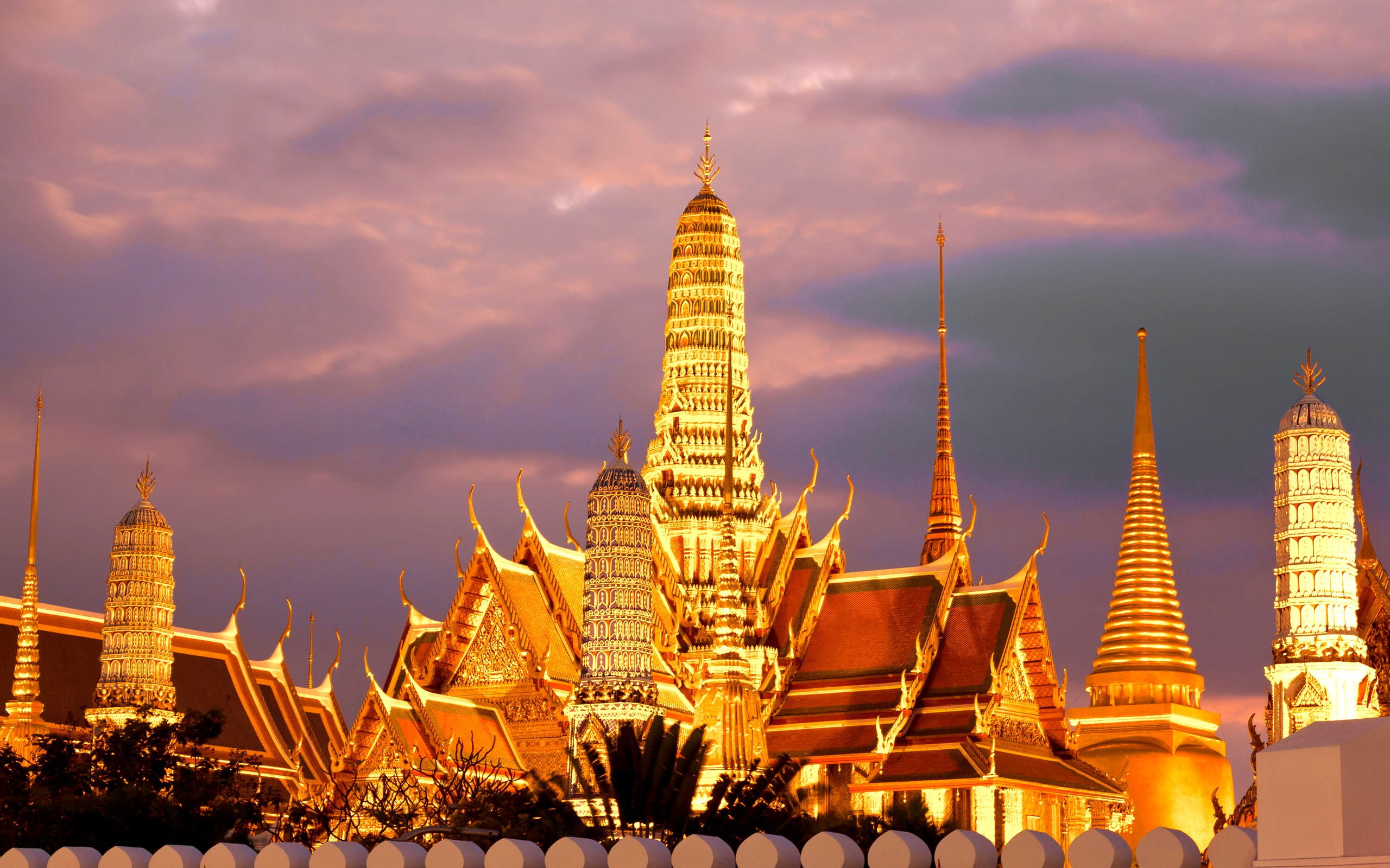 Temples in Bangkok Google image from https://thailandculturetravel.com/wp-content/uploads/2015/11/Amazing-Bagnkok.jpg