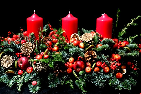 Christmas Table Decorations Google image from http://www.corinnejullianflowers.com/wp-content/uploads/2014/10/christmas-table-decorations1-1.jpg